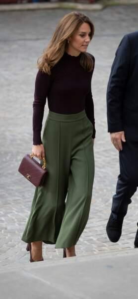 Kate Middleton sublime à Londres le 9 octobre avec un sac Chanel assorti à son top manche longues
