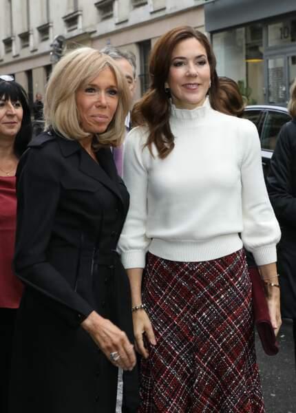 Brigitte Macron en robe chemise noire et Mary du Danemark en pull col roulé et jupe-culotte en tweed