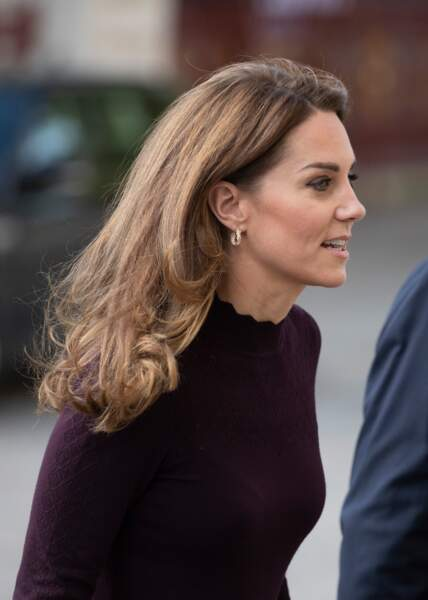 Kate Middleton porte un pull ajouré ravissant de la marque Warehouse