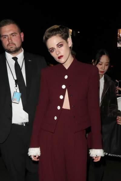 Rock, rebelle et racée, le bordeaux est la couleur de rouge à lèvres qui représente le mieux Kristen Stewart