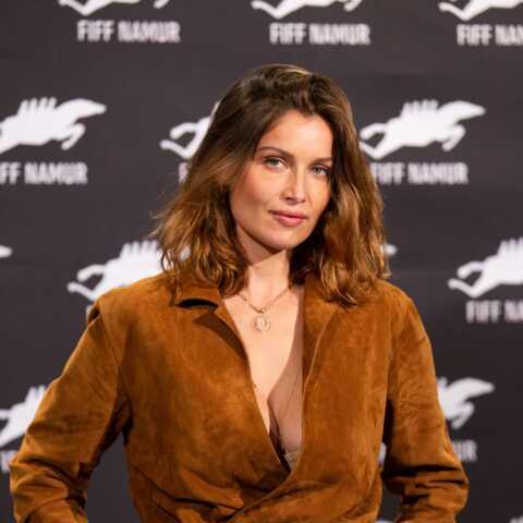 PHOTOS – Laetitia Casta sexy et élégante en combinaison pantalon joliment décolletée