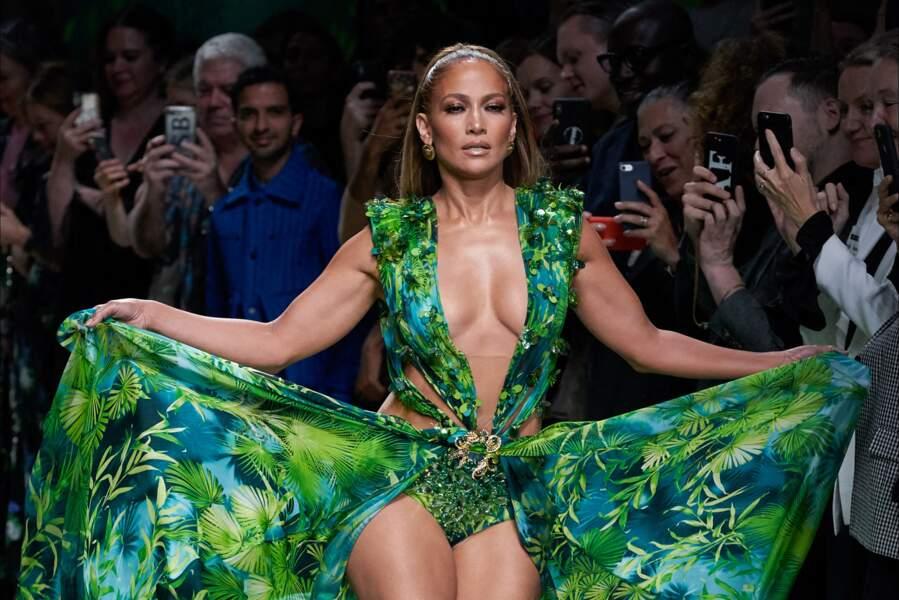 Jennifer Lopez faisait sensation avec sa jungle dress et une maxi queue haute au dernier défilé Versace.