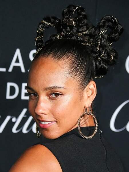 Quand elle ne porte pas ses cheveux nappy, Alicia Keys adore avoir recours aux extensions capillaires.