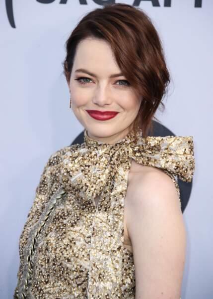 Le bordeaux est une teinte de rouge qui doit se porter le teint parfait. LA preuve avec Emma Stone.