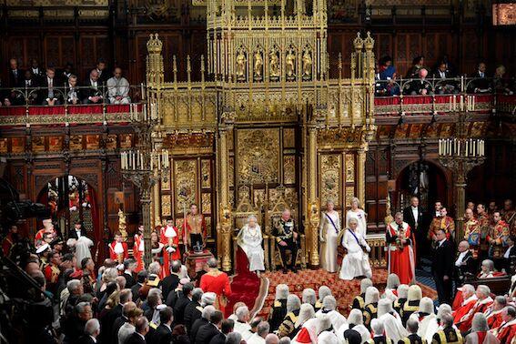 La couronne impériale d'apparat, placée à côté d'Elizabeth II et du prince Charles, assis devant les Lords britanniques.