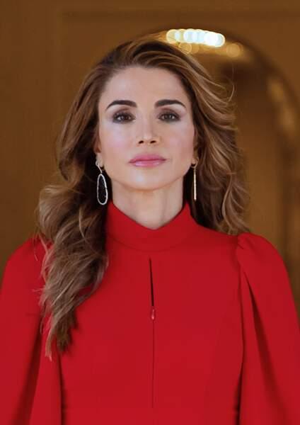 Pour l'occasion, Rania al-Yassin portait une sublime robe rouge.