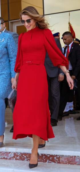 Lunettes sur le nez, la reine de Jordanie a fait preuve d'une élégance incontestable...