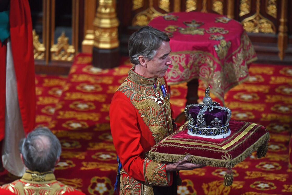 David Rocksavage, Lord Grand-Chambellan de la reine, portant la couronne impériale d'apparat, d'ordinaire coiffée par Elizabeth II.