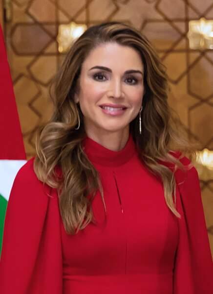 Le rouge vif de sa tenue rehaussait le teint de la reine Rania de Jordanie