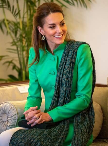 Kate Middleton affiche une jolie demi-queue de cheval au Pakistan le 15 octobre 2019