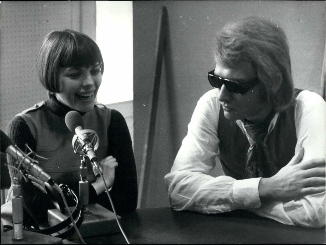 Mireille Mathieu et Johnny Hallyday, lors d'une émission de radio, à Paris, en 1969.