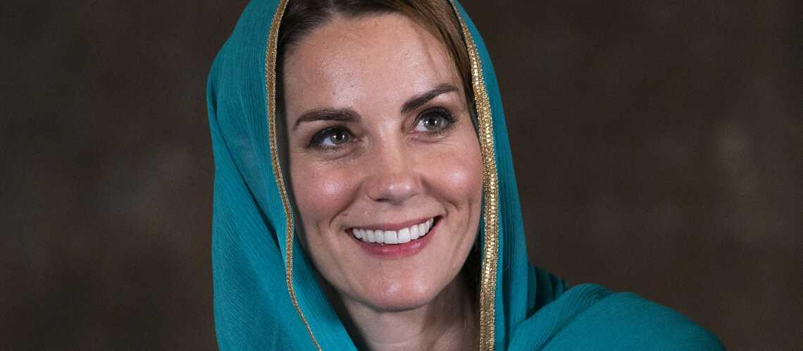 PHOTOS – Kate Middleton voilée et les pieds vernis pour sa visite à la mosquée au Pakistan - Gala