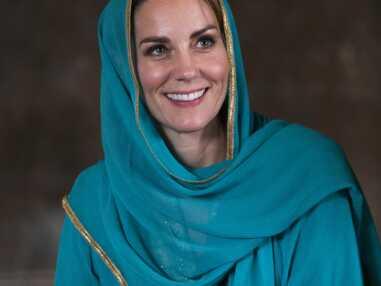PHOTOS - Kate Middleton voilée et pieds nus vernis au Pakistan