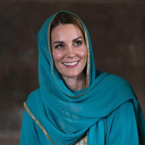 PHOTOS – Kate Middleton voilée et les pieds vernis pour sa visite à la mosquée au Pakistan