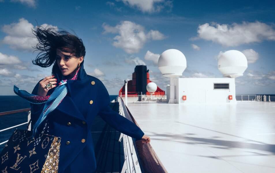 Caban en cachemire et laine, foulard en soie, sac Monogram, l'ensemble Louis Vuitton. Bague Swarovski, boucles d'oreilles Thomas Sabo.