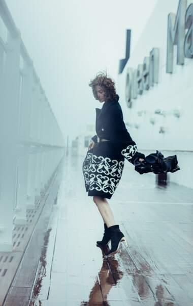 Manteau en cachemire, ceinture en cuir, l'ensemble Chanel. Foulard Ika, boots Bettina Vermillon.