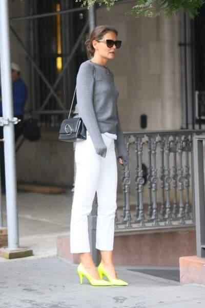 Katie Holmes mise aussi sur une paire d'escarpins jaune fluo pour dynamiser son jean blanc et son pull gris