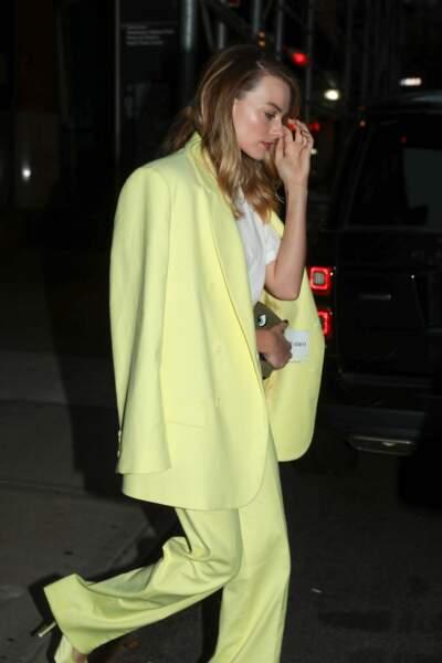 Margot Robbie sublime aussi en costume de smoking jaune fluo