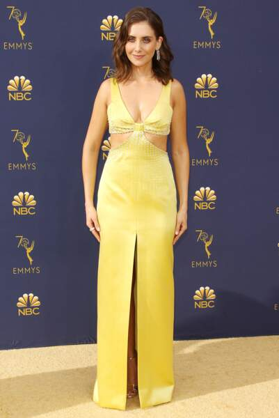 Alison Brie en robe longue fendue jaune aussi