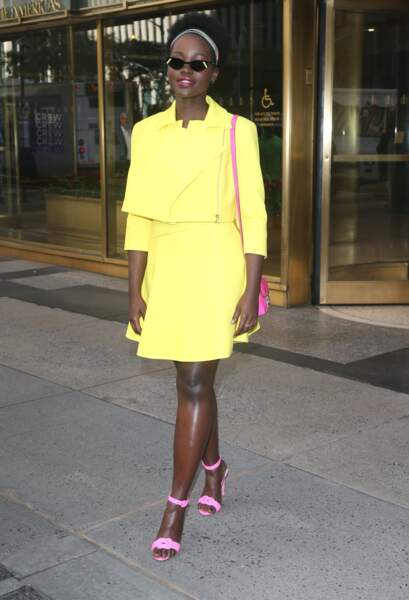 Lupita Nyong'o opte pour le perfecto et la jupe courte jaune fluo pour faire la promotion de son livre le 16 octobre 2019