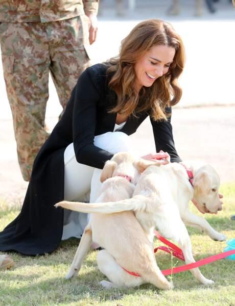 La duchesse de Cambridge s'amuse comme une folle avec un chien