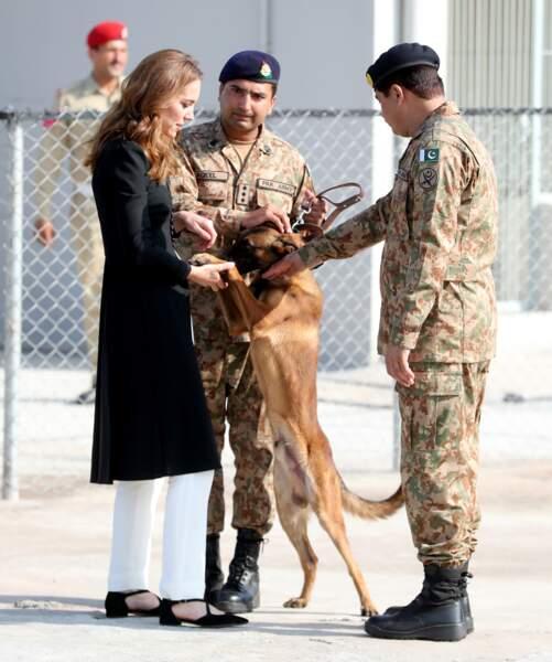 Kate Middleton visite un centre militaire de formation canin au Pakistan