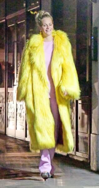 poppy Delevingne opte pour le manteau effet fourrure jaune fluo