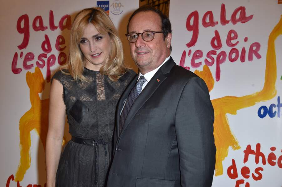 François Hollande et Julie Gayet regardent ensemble dans la même direction