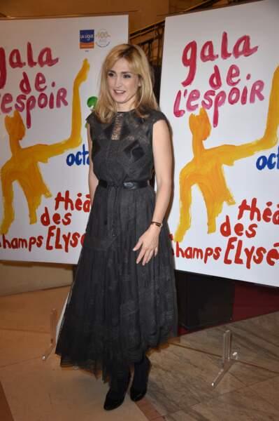 Julie Gayet resplendissante dans une longue robe noire en dentelle