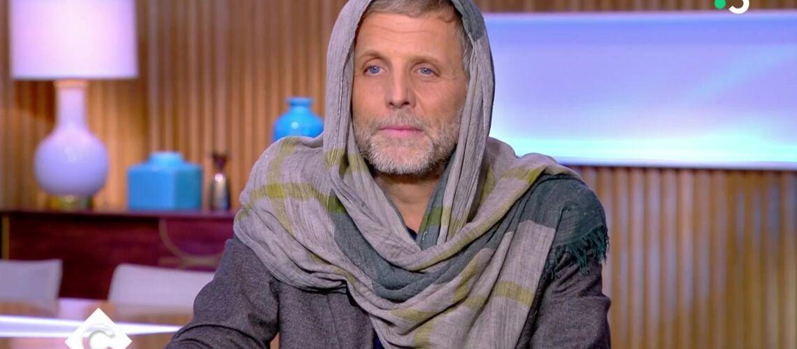 VIDEO – Stéphane Guillon arrive voilé : l'ultime provocation à Jean-Michel Blanquer - Gala