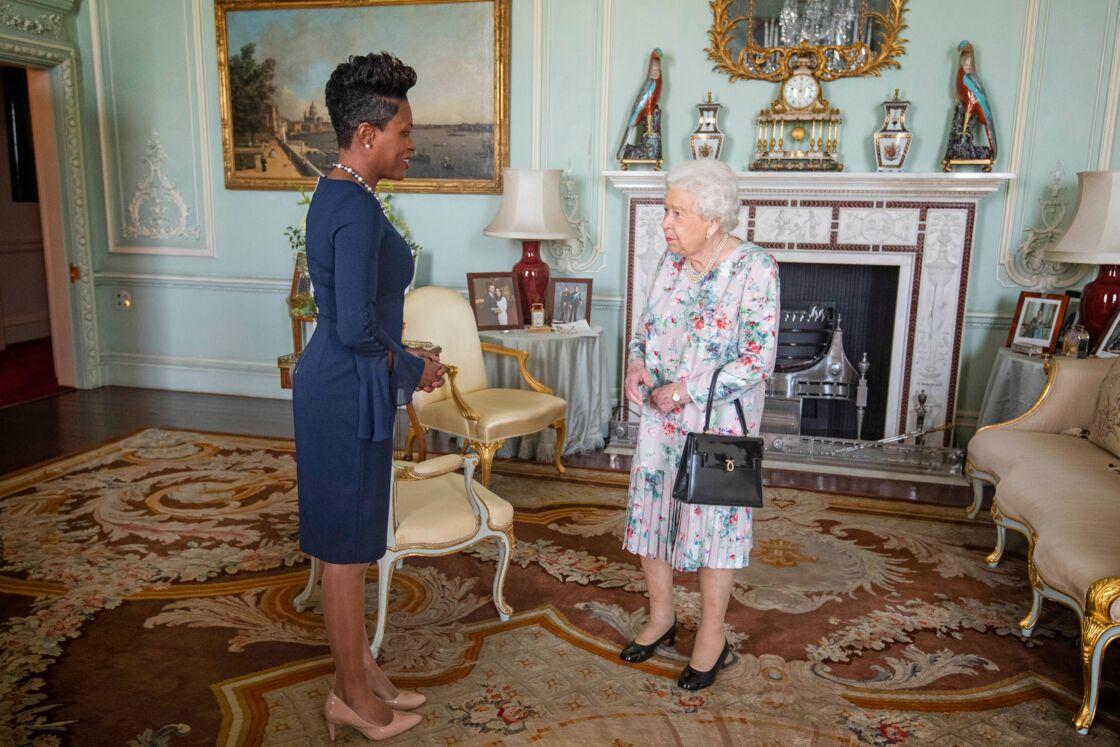 Elizabeth II et la diplomate Kisha Alexander-Grant, dans le salon des audiences de Buckingham, mardi 22 octobre.