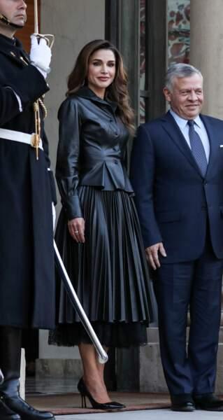 Rania de Jordanie, en jupe en cuir plissée Ermanno Scervino sur le perron de l'Elysée avec son époux le roi Abdallah II, le 29 mars 2019