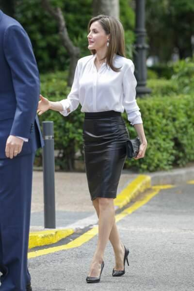 Letizia en jupe en cuir noire et chemisier blanc, un look classique et chic pour la reine d'Espagne, le 4 mai 2017 à Salamanque en Espagne
