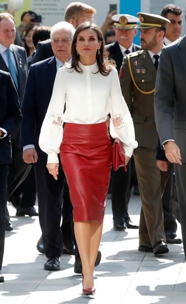Letizia d'Espagne, superbe en jupe crayon en cuir rouge Hugo Boss, qui souligne sa silhouette gracile, le 24 octobre 2019 à Séoul en Corée du Sud