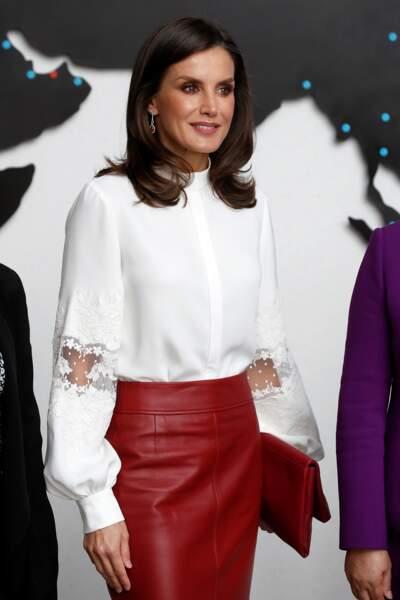 Letizia d'Espagne, en jupe crayon en cuir rouge Hugo Boss, blouse en soie Carolina Herrera et pochette Adolfo Domínguez, le 24 octobre 2019 à Séoul en Corée du Sud