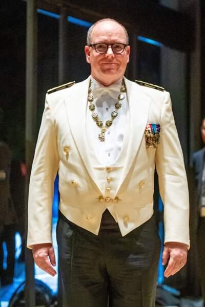 Un nouveau look qu'il a totalement adopté puisqu'il portait les même lunettes le lendemain lors d'un banquet d'État.