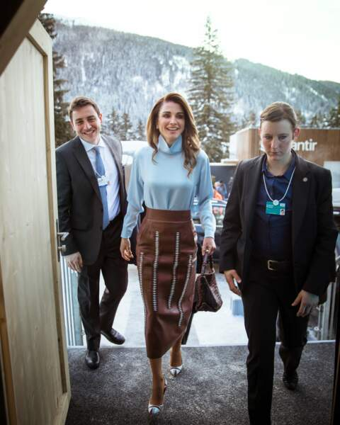 Rania de Jordanie, en jupe crayon en cuir marron Tods, le 25 juin 2018 à l'occasion du Forum économique mondial de Davos, en Suisse