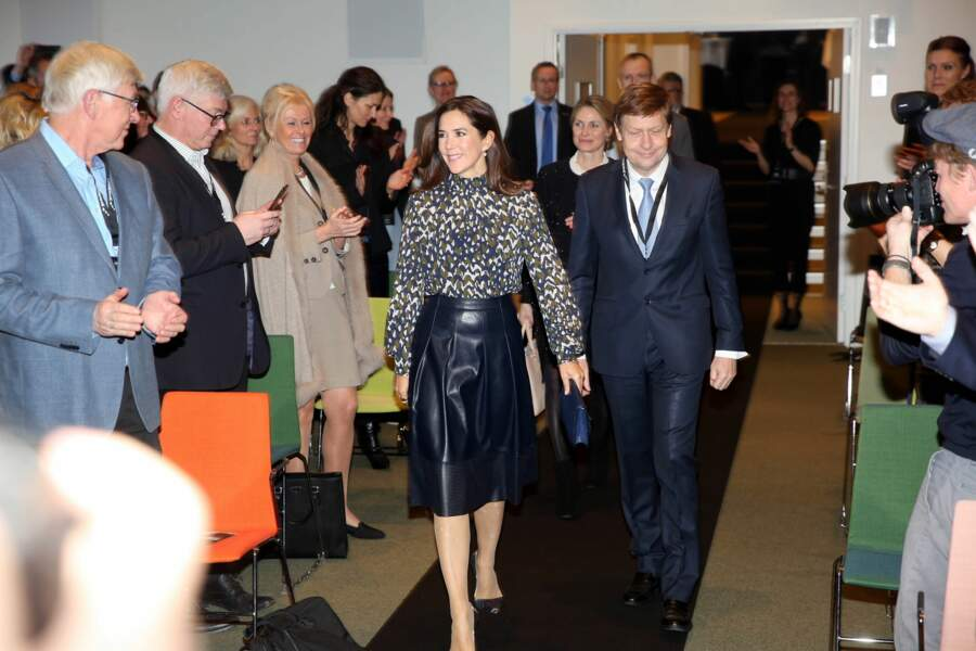 Mary de Danemark en jupe en cuir bleu nuit de forme patineuse signée Hugo Boss, lors du Women's Board Award à Copenhague, le 26 janvier 2018