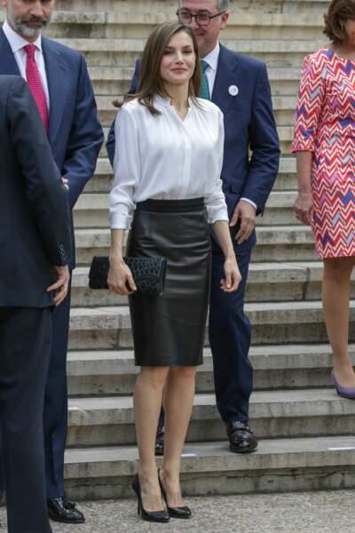 Letizia d'Espagne en jupe en cuir noire et chemisier blanc, le 4 mai 2017 à Salamanque en Espagne