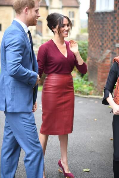 Meghan Markle, en jupe crayon Hugo Boss, petit pull en cachemire col en V de la marque Joseph, et escarpins en daim Sarah Flint, le 25 octobre 2019 à Windsor