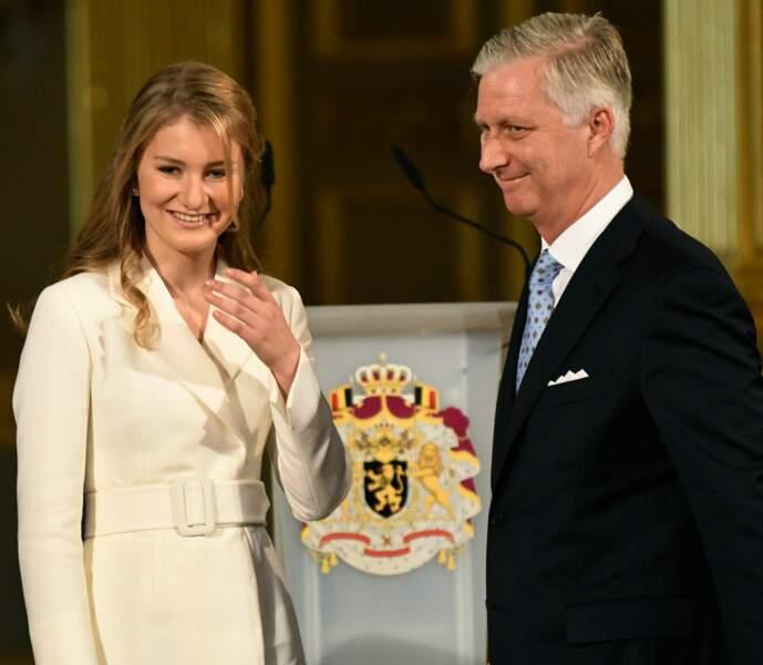 Elisabeth de Belgique, très touchée pour ses 18 ans, au côté de son père le roi Philippe, à Bruxelles, le 25 octobre 2019.