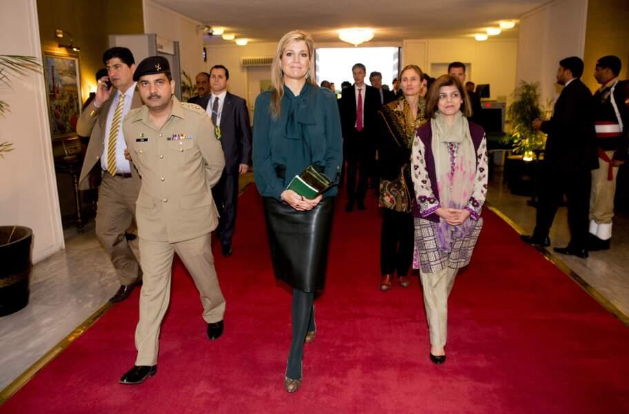 Maxima des Pays-Bas en jupe en cuir vert émeraude, 11 février 2016 à Islamabad au Pakistan