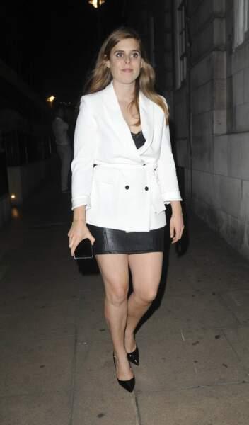 Beatrice d'York en jupe mini en cuir et blazer blanc, lors d'une soirée à Londres le 9 juin 2018
