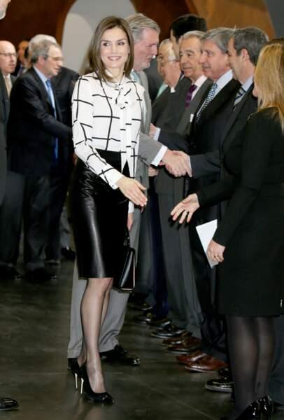 Letizia, en jupe en cuir noire et chemisier à damier : une tenue qui n'est pas sans rappeler celle portée par Rania de Jordanie, deux ans auparavant.