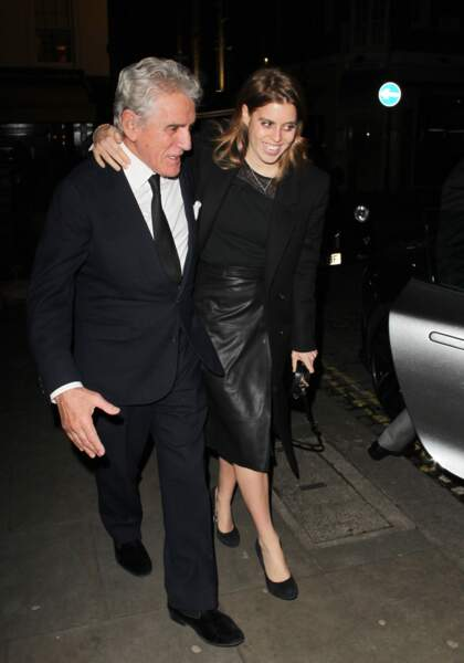 Beatrice d'York en jupe en cuir portefeuille noire, au bras d'un ami à la sortie du club Lou Lou à Londres, le 1er février 2018