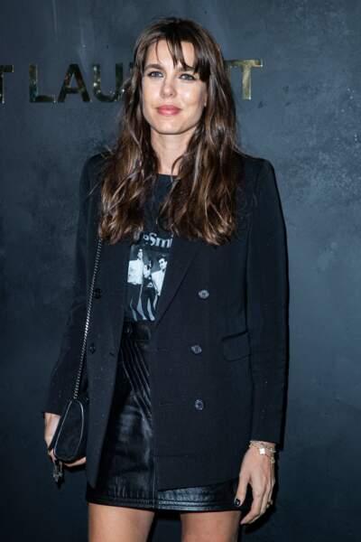 Le look rock de Charlotte Casiraghi, en jupe mini en cuir et t-shirt Saint Laurent à l'effigie du groupe The Smiths, lors de la Fashion Week à Paris, le 24 septembre 2019