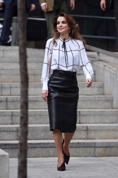 Rania de Jordanie en jupe en cuir noire Burberry et blouse à damier Derek Lam, à Madrid le 19 novembre 2015