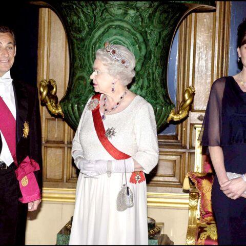 Carla Bruni vantarde? Elle aurait fait attendre la reine pour un câlin avec Nicolas Sarkozy