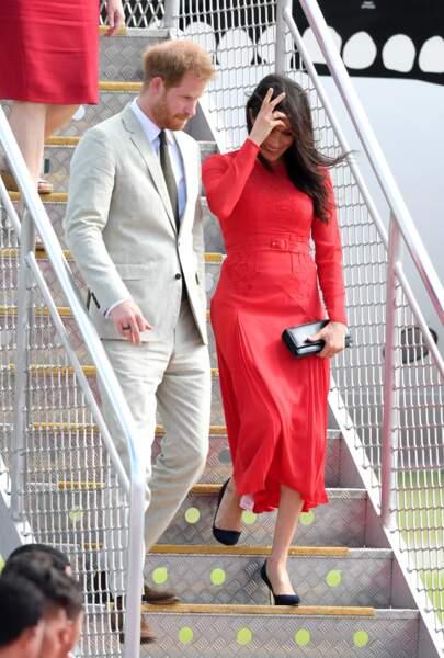 Le prince Harry et Meghan Markle arrivent à l'aéroport Fuaʻamotu, aux Iles Tonga, le 25 octobre 2018