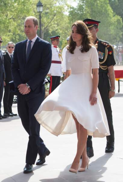 """Le prince William et Kate Middleton, lors devant le monument aux mort """"Porte de l'Inde"""" à New Delhi, le 11 avril 2016"""